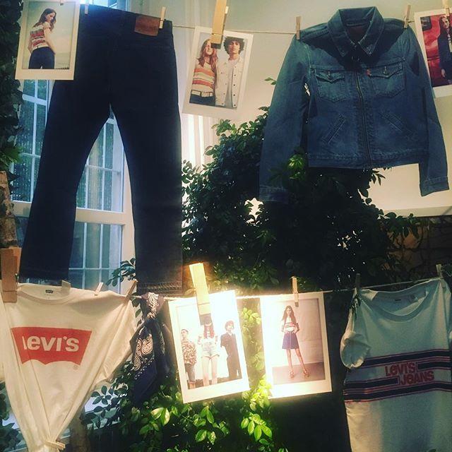 "La ""summer of love"" di @levis @levis_ita #mfw #mfw2017 #liveinlevis #mfw17 @tarcila_elle  via ELLE ITALIA MAGAZINE OFFICIAL INSTAGRAM - Fashion Campaigns  Haute Couture  Advertising  Editorial Photography  Magazine Cover Designs  Supermodels  Runway Models"