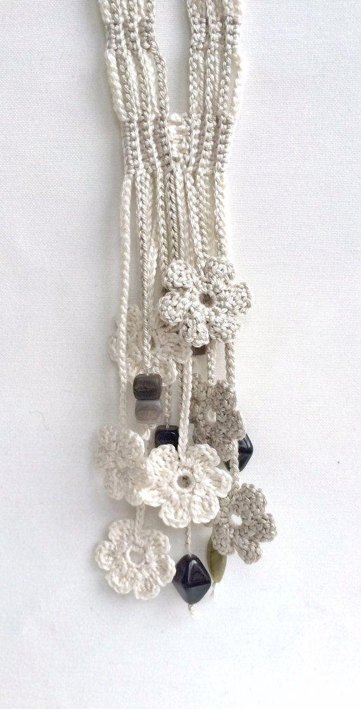 Colar em crochet com missangas e flores creme e cinza