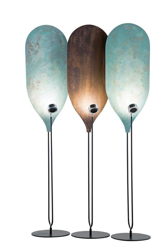 """Lampadaire """"Robin"""", Roche Bobois. Encore un accessoire de la collection qui s'inspire directement de l'univers marin avec ses reflets de matière bronze ou cuivre oxydés comme un coquillage brillant mais également sa forme qui reprend clairement celle d'une pagaie. Un lampadaire très original !"""