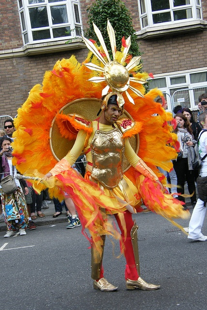 Na Inglaterra ou em Portugal, ou em qualquer parte do mundo, as pessoas gostam de brincar aos disfarces e fazem bonitos desfiles de Carnaval.