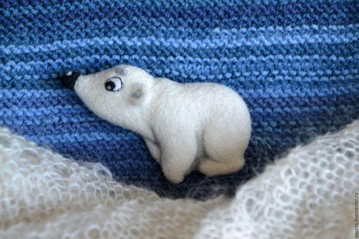 """Купить Брошь валяная """"Умка любопытный"""" - белый, умка, медвежонок умка, медвежонок, брошь"""