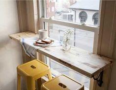 Une longue planche posée sur deux supports d'étagères en fer forgé devant la fenêtre, il n'en faut pas plus pour faire un coin repas lumineux ! Une idée déco à reprendre pour aménager une petite cuisine. - Kitchen with a plank of wood