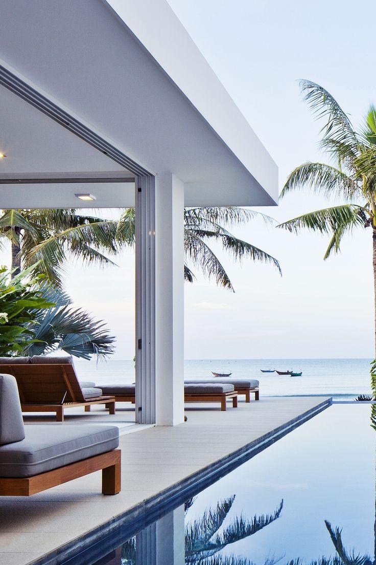 Relajación al lado de la piscina frente al mar