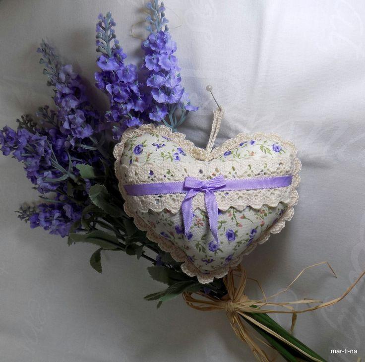 Dekorační srdíčko s vůní levandule VI. Srdíčko je ušité ze 100% bavlny, zdobeno ruční světlonce béžovou (přírodní) háčkovanou krajkou, bavlněnou krajkou, stužkou. Vyplněno je dutým vláknem a sušenou levandulí. Barva: Přední díl - fialové růžičky Zadní díl - bílo-fialový proužek