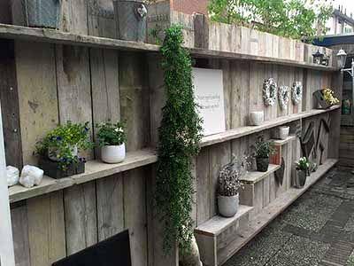 Деревянный забор с полками фото