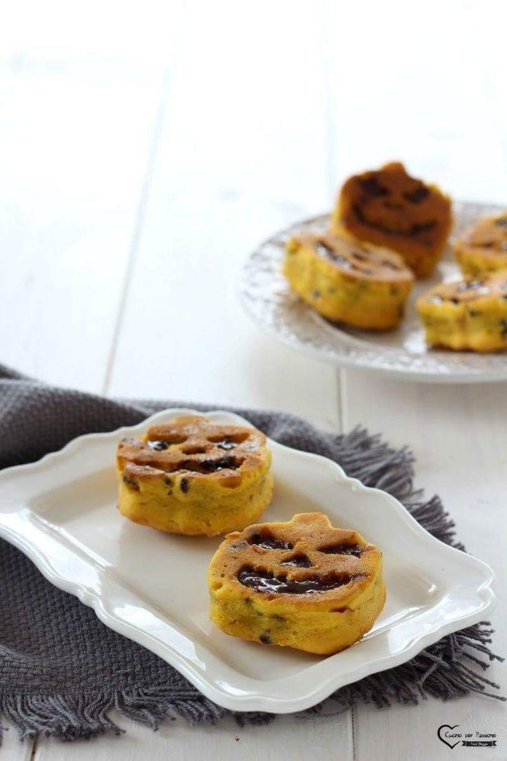 Deliziosi tortini alla zucca e cioccolato, ottimi per la festa di Halloween e non solo La ricetta la trovate qui ----> http://blog.giallozafferano.it/cucinoperpassione/tortino-di-zucca/