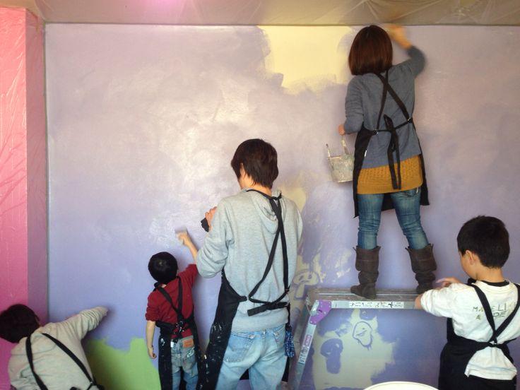 ある日のワークショップ風景、大人は童心に、子供はより子供らしくなる時間。