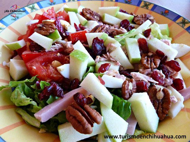 En esta temporada de calor siempre deseamos alimentos frescos, que tal una sencilla Ensalada de Manzana. Con las mejores manzanas que se producen en Cuauhtémoc Chihuahua. Picar cuatro manzanas verdes, ¼ de taza de arándanos secos, ¼ de taza de cerezas secas, ¼ de taza de nueces peladas y rebanadas y 250 gramos de yogurt de vainilla. Mezclar todos los ingredientes y listo, a disfrutar. Ven y conoce Chihuahua y su gastronomía. www.turismoenchihuahua.com #visitachihuahua