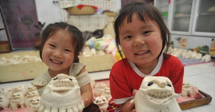 20160608 - Crianças exibem pão em formato de tigre, feito no vapor, em uma loja da província de Shanxi, no norte da China. Os habitantes produzem ou compram o tigre para adorar seus ancestrais e rezar por boa sorte durante o Festival do Barco do Dragão, também conhecido como Duanwu. O evento celebra o poeta chinês Qu Yuan, que morreu afogado em 277 antes de Cristo Imagem: Gao Xinsheng/Xinhua