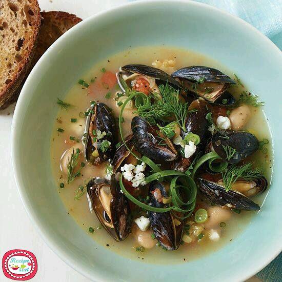 Poche sono le ricette di zuppe e minestre della tradizione napoletana, ma le poche che vi proporremo sono davvero speciali come questa Zuppa ai fagioli e cozze che fonde la saporita consistenza dei legumi al gusto del mare.