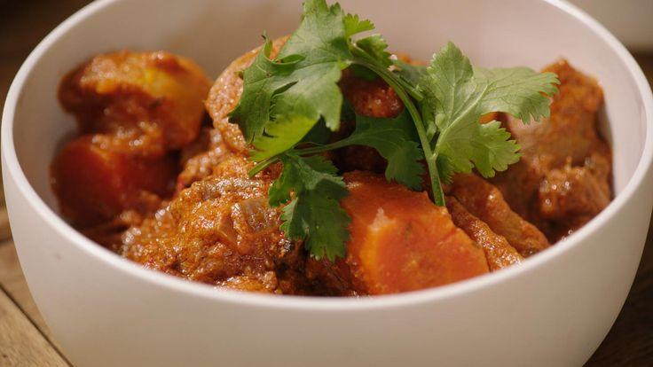 Lam leent zich uitstekend voor deze Indische stoofpot. Gebruik stukjes uit de schouder en de bil met wat vet aan. Die hebben meer smaak. Door de yoghurt schift het gerecht een beetje, maar dat is volkomen normaal.