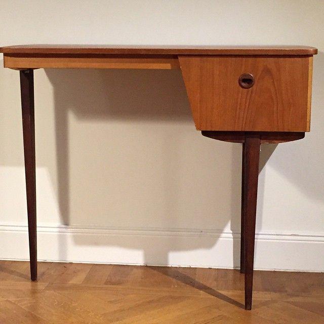 Sminkbord / litet skrivbord i teak. 86 x 40 x höjd 71,5 cm.