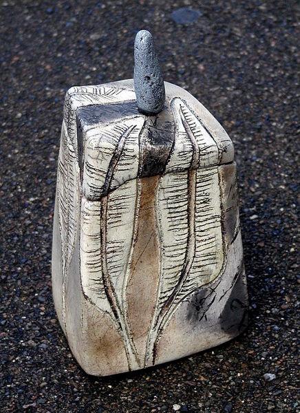 """...von two lives keramik.  Im japanischen Glasur-, Brenn- und Räucherverfahren """"Raku"""" gebrannt. Durch den partiellen Glasurauftrag sind die unterschie"""