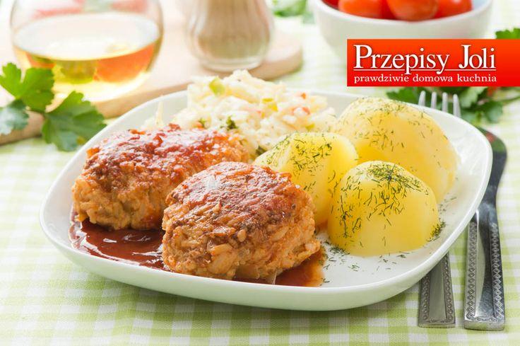 GOŁĄBKI BEZ ZAWIJANIA GOŁĄBKI BEZ ZAWIJANIA Składniki: 0,5 główki białej kapusty 500 g mięsa wieprzowego mielonego 1,5 szklanki ryżu 4 jajka 1 szklanka kaszy manny bułka tarta – opcjonalnie 2 cebule olej do smażenia 1,5 l bulionu drobiowego 2 łyżki przecieru pomidorowego 2 łyżki mąki pszennej przyprawy: sól, pieprz, chili Wykonanie: Ryż zaparzyć na półmiękko. …