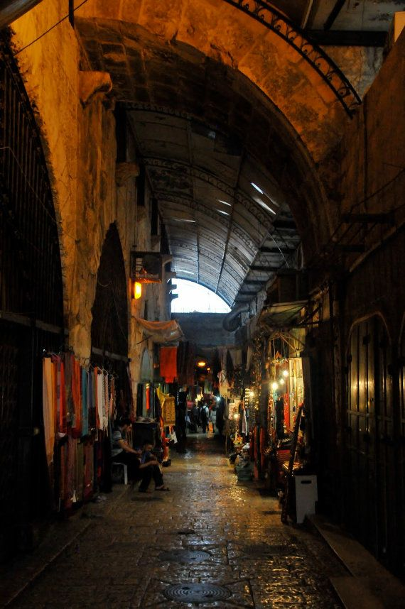 Markt. | Reizen consument rood goud winkelen Corridors oude stad Jeruzalem. Fine Art Photography 8 x 10