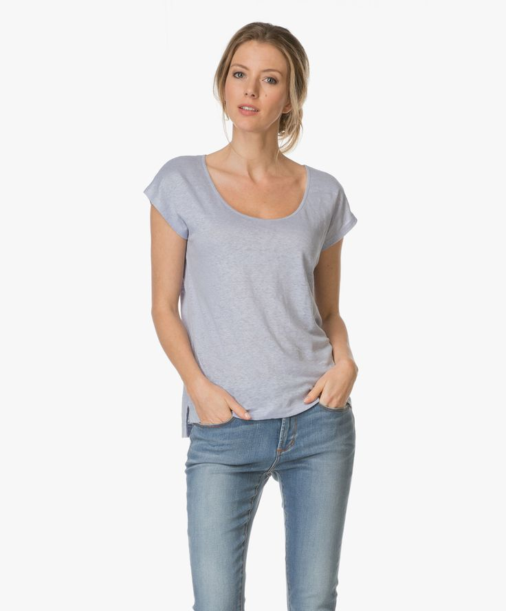 Dit linnen T-shirt van Kyra & Ko in een lichtblauwe kleurtint is vrouwelijk en casual tegelijk!