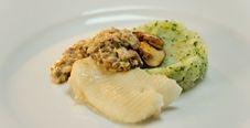 Палтус с грибным соусом и зелёным картофельным пюре