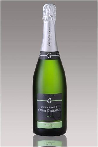 Champagne Tradition Brut  :   Fruit de l'assemblage du Pinot Meunier et Pinot Noir, ce Blanc de Noirs est le symbole de la typicité de notre terroir. Il révèle un surprenant bouquet d'arômes.    Sa rondeur et sa fraîcheur en font une cuvée idéale à déguster lors d'un apéritif entre amis.    Champagne présenté en différentes contenances:  demi-bouteille(37.5cl): 7.20€ TTC  bouteille(75cl): 12.80€ TTC  magnum(1.5l = 2 bouteilles): 28.20€ TTC  jéroboam(3l = 4 bouteilles): 76€ TTC