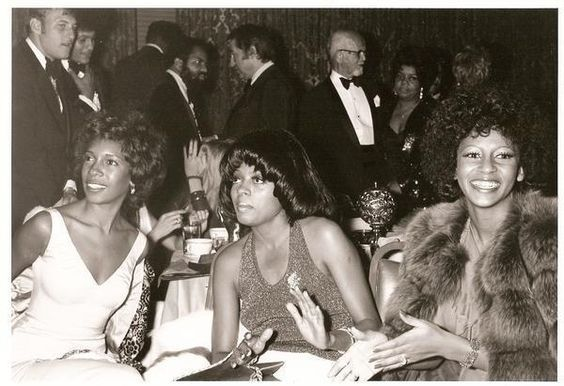 Diana Ross chilling with former Supremes partner Mary Wilson and then-Supreme Lynda Laurence, c. 1973