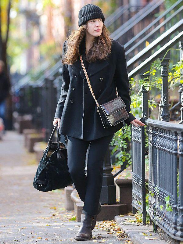 NY在住のリヴは、寒さ厳しい冬に備えてあらゆるタイプのアウターを所有。マニッシュなシルエットのピーコートは、ワントーンでストリートシックに着こなすのがお気に入り。