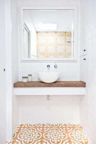 Banheiros com detalhes coloridos