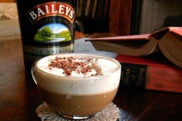 """Кофе Бейлиз. Для приготовления нам понадобиться: Кофе эспрессо - 60 мл Ликер """"Бейлис"""" - 50 мл  Взбитые сливки - 2 чайные ложки  Корица - 1 шепотка   Для приготовления кофе подойдет прозрачная чашка. Сначала подогреваем """"Бейлис"""" и выливаем в чашечку. Затем добавляем кофе.  Можно перемешать содержимое чашки, а можно аккуратно влить кофе. Сверху украшаем взбитыми сливками, и посыпаем корицей."""