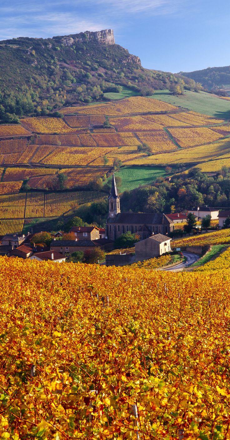 Village de Solutré-Pouilly dominé par la Roche de Solutré en Bourgogne, France