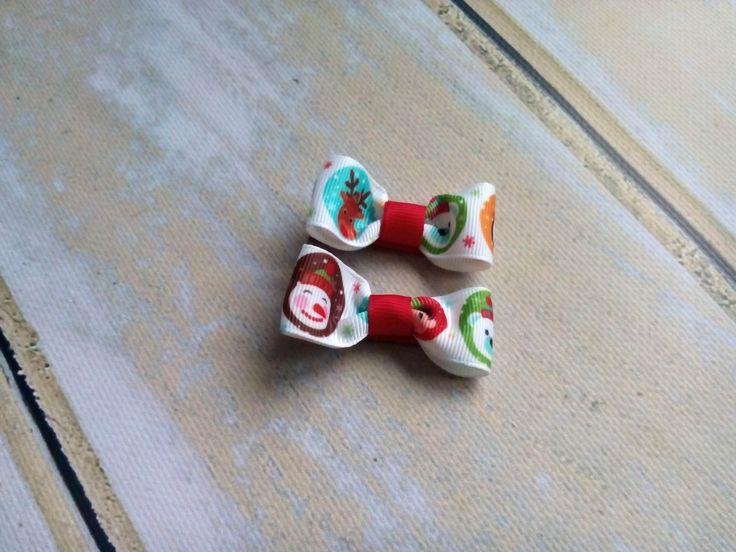 Dwie spineczki kokardki ze świątecznymi postaciami (mikołaj, renifer). Wym. ok 2,5 x 5,5cm, klips: pyk 4,5cm.