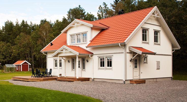 Med äkta Bullerby-känsla I Villa Södergården får du ett stort och traditionellt trähus, med plats för många goa ungar. Det är lätt att föreställa sig den möblerbara hallen full med skor, stora och små. Köket är rejält och här har dupraktisk närhet till groventrén. Vackra detaljer, som snickarglädje och förhöjt …