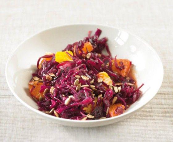Krautsalat reloaded: Heute machen wir den Klassiker mal aus Rotkohl und verfeinert ihn mit Orangen, Honig und Sonnenblumenkernen.