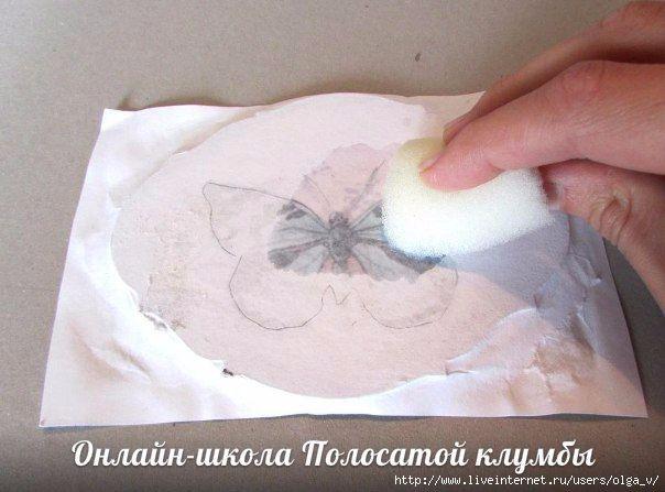 Теперь удаляем бумагу, чтобы проявить рисунок, для этого смачиваем карту и аккуратно начинаем скатывать бумагу.