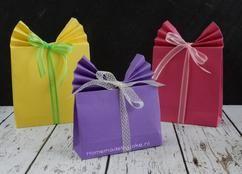 Om deze cadeauzakjes te maken heb je alleen maar een vel A4 papier, lijm en een stuk lint nodig. Op mijn blog staat een stap-voor-stap uitleg met duidelijke foto's / DIY.