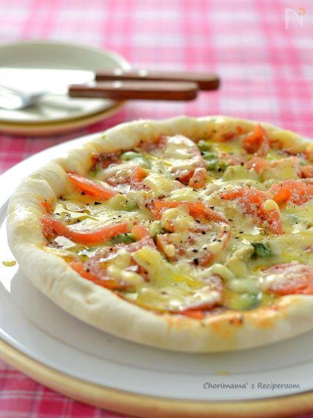 オーブン使わなくてもOK! フライパンで作れる簡単ピザです。 カリっともちっ。 ジューシーととろっと。 美味しい食感を召し上がれ♪