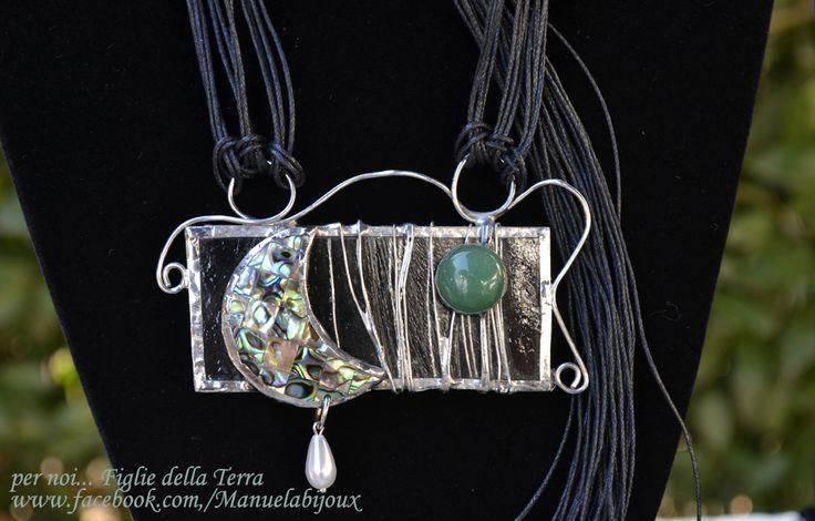 Ciondolo in vetro , madreperla, pietra Avventurina e rame argentato lavorato con tecnica Tiffany. Il ciondolo è sorretto da fili di cotone cerato nero, regolabili nella lunghezza.