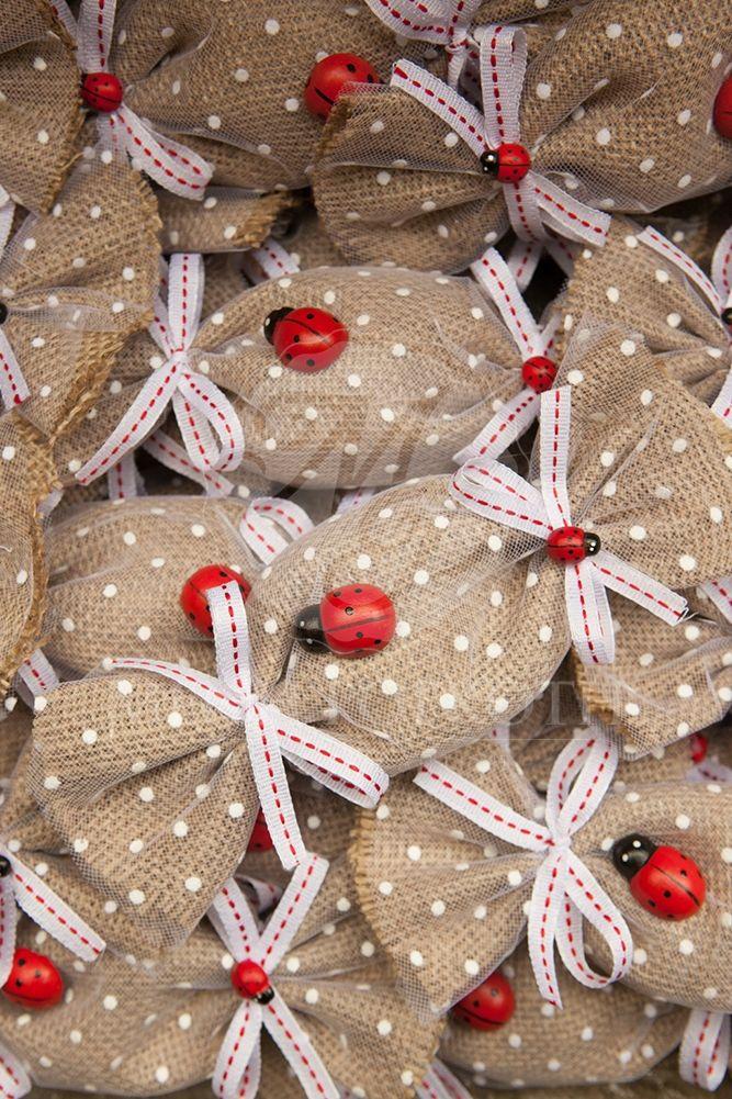 Μπομπονιέρα βάπτισης λινάτσα σε σχήμα καραμέλας με διακοσμητικό πασχαλίτσα