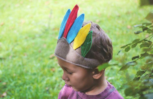 Hoy nos ponemos a hacer el indio con esta fantástica corona de plumas de fieltro estilo indio americano. Es súper fácil de hacer, verás, y muy útil para fiestas