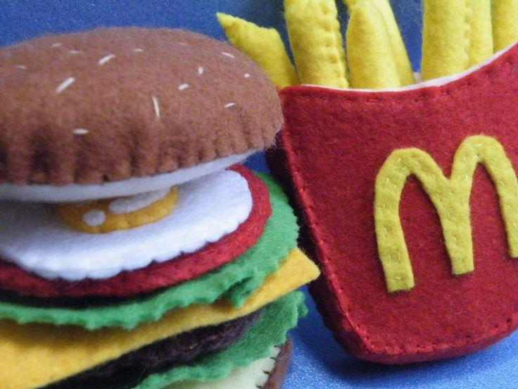 「フェルト フライドポテト」以前ハンバーガーを作ったのでポテトも挑戦してみました。[材料]フェルト(赤、黄色、薄ピンク)/糸(フェルト色)/綿/厚紙
