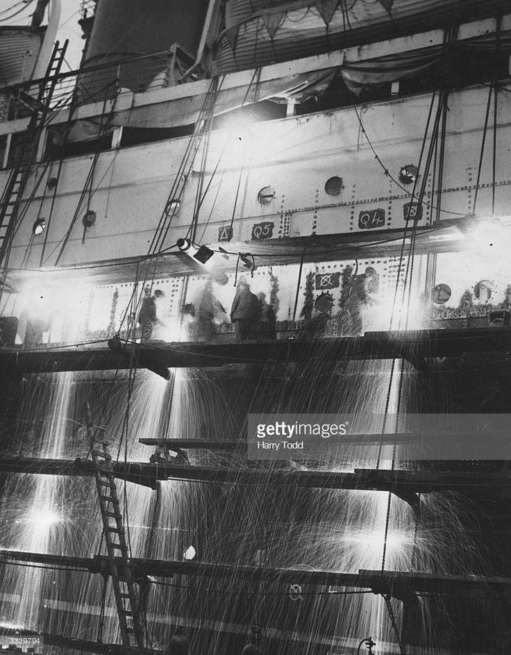 Fotografía de noticias : Sparks fly as arc welders cut through the rivets...