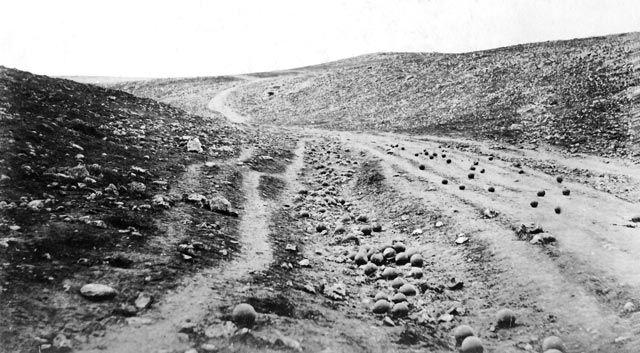 Roger Fenton è considerato il primo fotografo a basare le proprie istantanee sul tema della guerra. In questa famosa fotografia organizzò alcune palle di cannone in un ampio paesaggio arido, che assumono la forma di metafora della vacuità della guerra.