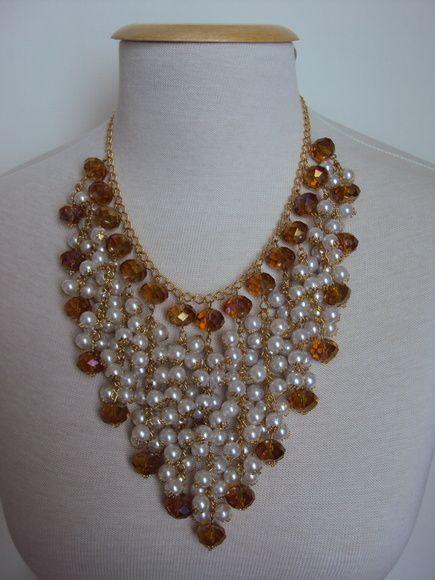 Maxi colar dourado com pérolas brancas e cristais R$ 165,00