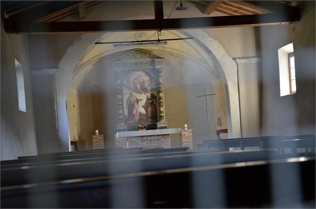 Interno della chiesetta. Discretamente ben tenuta, ma visitabile solo su richiesta, si presenta una chiesa povera e semplice, come era la popolazione di quel tempo, povera e semplice.