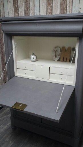 Super mooie oude klepkast, klep secretair,  in oude glorie hersteld. Voorzien van een licht grijze buitenkant en old white binnenkant. Door pimp-en-zus natuurlijk.