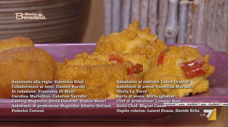 """Benedetta Parodi, intenta a confezionare un menu """"d'oltreoceano"""", ha proposto le frittelle di mais.Di seguito ingredienti e procedimento. Amalgamiamo la farina di mais, la farina normale, un uovo, il latte, mescoliamo, uniamo il lievito per torte salate, il peperone e il cipollotto tagliati a pezzettini, saliamo, mescoliamo tutto, formiamo delle frittelline e le friggiamo nell'olio."""