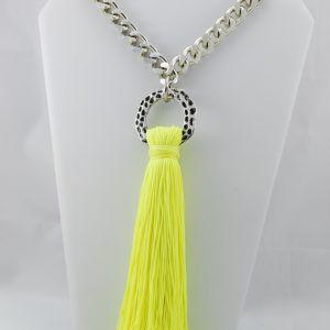 Collar largo  con cadena plateada y flecos sintéticos color amarillo fluor.