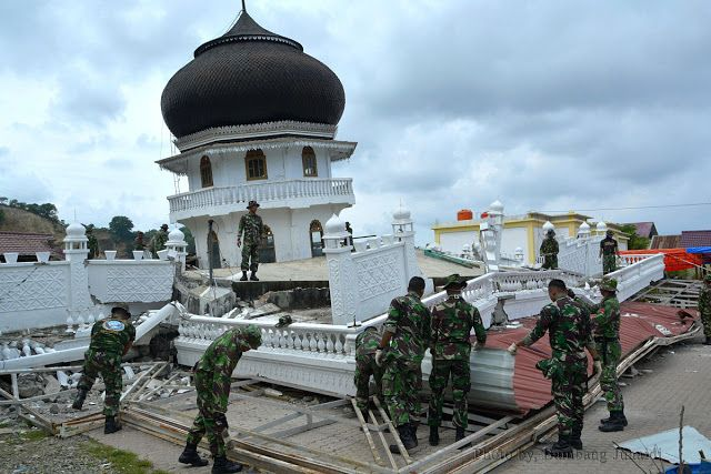 Membersihkan Puing-puing Reruntuhan Mesjid Jami' Quba Pasca Gempa Pijay