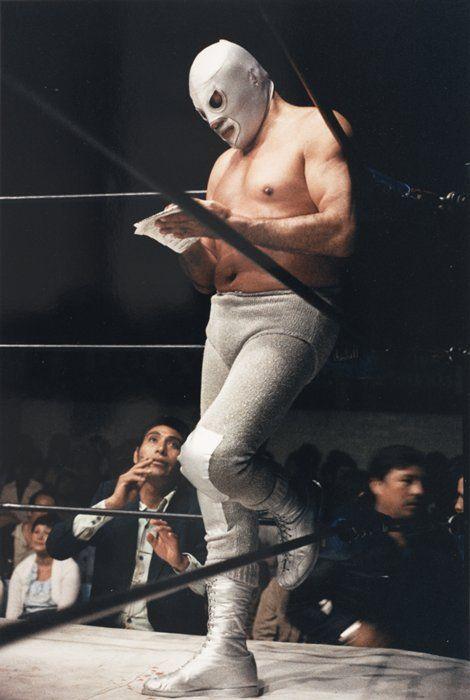 El Santo Es necesario cuestionar todo en esta vida. Menos a la lucha libre. La lucha libre siempre es real.