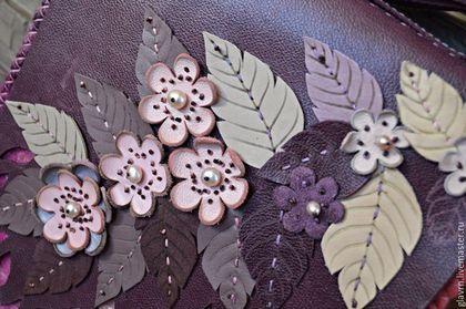 Купить или заказать Сумка 'Сливовый цвет... в интернет-магазине на Ярмарке Мастеров. 'Сливовый цвет' - авторская сумочка из натуральной кожи и валяной вставочки. На клапане - аппликация из листиков, цветов, и жемчуга (в сердцевине цветов). На боковине сумочки нанесен рисунок веточки, методом выжигания по коже. Закрывается сумочка на магнитную кнопку Внутри сумочки - подкладка и карман из кожи на молнии. Ремешок - из кожи, регулируется двумя полукольцами.