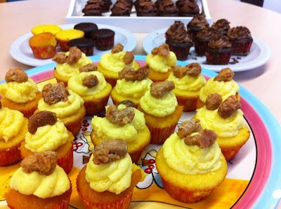 Mini yoghurt-saffron cupcakes with mango-passion cream topping. Easy to make and to share! A big succes on parties or with an afternoon tea.