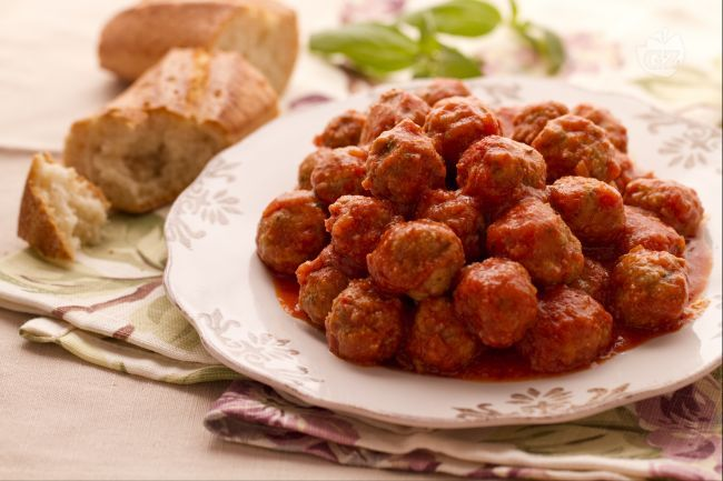 Le polpette al sugo sono una pietanza preparata, con piccole varianti, in tutto il nostro paese; sono un ottimo secondo piatto o condimento per pasta.