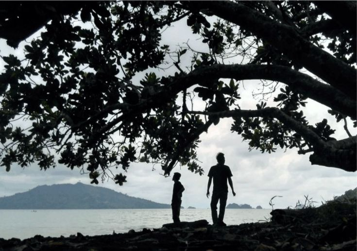 Pantai Tiluh, berada di Kecamatan Watulimo, sebelah barat pantai Damas. Tepatnya berada di ujung barat Desa Karanggandu, agak mengarah ke barat daya dari Pantai Damas. Jika sedang berada di Pantai Damas dan berjalan lurus sampai penghabisan garis pantai, dan berjalan lagi sekitar beberapa meter agak serong ke selatan lalu berbelok
